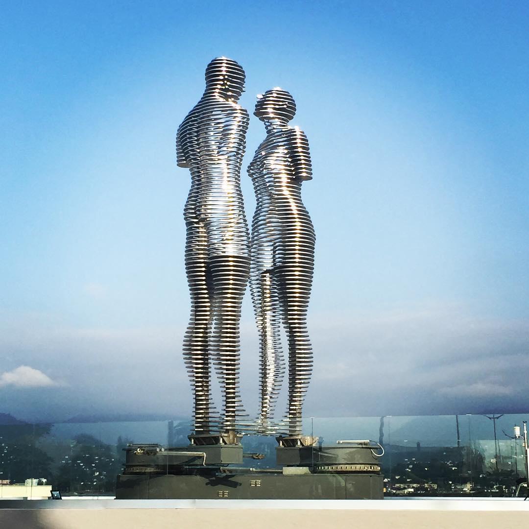 Ces deux statues g antes r sument parfaitement l 39 amour - Amour entre femme et homme dans le lit ...