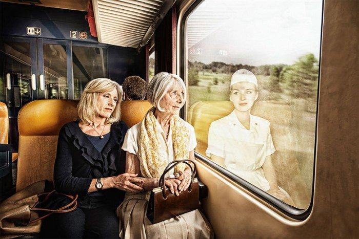 Des personnes g es regardent le reflet de leur jeunesse for Regard dans le miroir que tu vois
