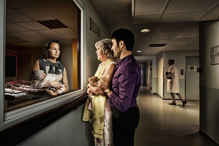Des personnes g es regardent le reflet de leur jeunesse for Miroir reflet