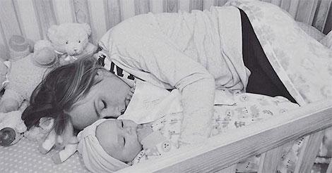 maman-dans-lit-bebe